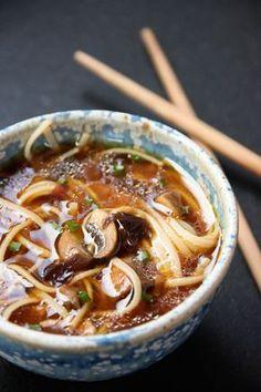 Soupe miso aux nouilles de riz, champignons et algues Ingrédients 125 g de shiitakes ou champignons de paris 1/2 c. à café de gingembre en poudre 20 g d'huile d'olive 20 g d'algues (j'ai choisi « dulse ») 80 cl d'eau 2 portions de nouilles de riz complet (env. 160 g) 2 c. à soupe bombées de miso de riz quelques brins de ciboulette fraîche Asiatique japonais
