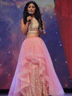 akshara's pink and golden lehenga at star parwiar awardsको लागि तस्बिर परिणाम
