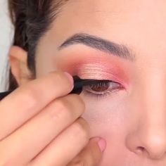 Ways to Master Burgundy Looks for Dates, Prom & Wedding in 2020 (Eyeshadow, Eyeliner, Lipstick & More) - Burgundy Colors Eye Makeup Glitter, Pink Eye Makeup, Makeup Eye Looks, Eye Makeup Steps, Beauty Makeup, Burgundy Makeup, Burgundy Hair, Burgundy Dress, Burgundy Color