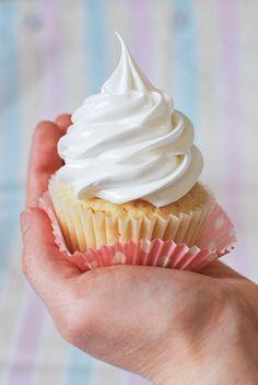 Vanille-Cupcakes mit fluffigem Marshmallow-Frosting