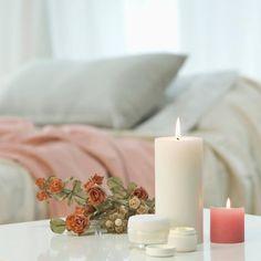 Ejemplos de dormitorios con buen feng shui | LoveToKnow Comedor Office, Consejos Feng Shui, Pillar Candles, Room, Creative Decor, Creativity, Feng Shui Bedroom, Buddha Decor, Pink Room