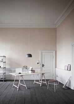 Lyserøde vægge med mørkt gulv