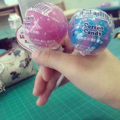 結帳的時候我們都被價錢嚇死 (o)...  買了貴鬆鬆的色素 ww 泡泡糖&棉花糖 #LOLLIPOPS #OG美味星棒棒糖 by 04_bomchu