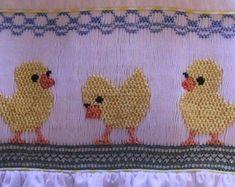 Smocking Plates, Smocking Patterns, Sewing Patterns, Dress Patterns, Coat Patterns, Sewing Ideas, Tutorial Frunciendo, Smocking Tutorial, Smocked Baby Clothes