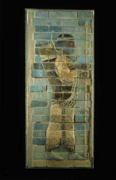 Archer de la « frise des archers »   Époque achéménide  Règne de Darius Ier, vers 510 avant J.-C.   Suse, palais de Darius Ier  Briques siliceuses à glaçure
