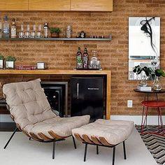 Móvel bar com tons terra e preto. Revestimento da parede em tijolo Provence e poltrona aconchegante… #dicameiramartins #decor #interiores #projetos #inspiração #designdeinteriores #referência #bar #adega #ambientes #decoração