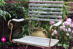 Para incrementar o jardim: caminhos, decks e bancos no quintal transformam a atmosfera ambiente, deixando-o mais aconchegante e incentivando a interação com a área verde!
