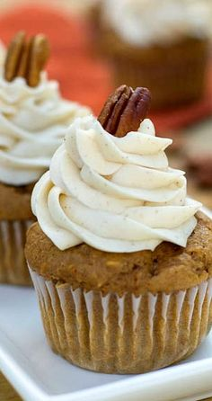 An easy and moist sweet potato cupcakes recipe made using a box of spice cake mix. Topped with a spiced buttercream frosting for a truly fantastic cupcake treat. Just Desserts, Dessert Recipes, Fall Desserts, Sweet Desserts, Dessert Ideas, Sweet Potato Cupcakes, Sweet Potato Dessert, Yummy Treats, Sweet Treats