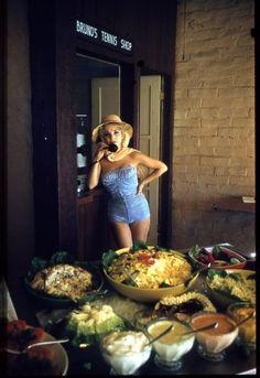 Atelier Robert Doisneau   Galeries virtuelles des photographies de Doisneau - Pays étrangers / USA ~ Maillot bleu au teiephone, Palm Springs   1960