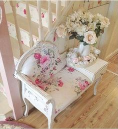 Antique phone bench painted white & upholstered with pretty pink & white floral fabric ~ Facebook - Na minha casa tem