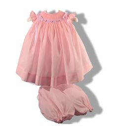Precioso jesusito para bebé niña en tela batista rosa con pololos bordado a mano en punto Smock o nido de abeja infantil