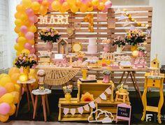Quando os pais escolhem um tema que vai além de um personagem, é uma declaração de amor á filha...☀️ You are my sunshine ☀️ Foi muito amor e carinho envolvido... Tudo para comemorar o primeiro aninho da pequena raio de sol Mari!! . . . . #festaafetiva #festacriativa #festaartesanal #festainfantil #decoracaoinfantil #festamenina #festatemasol #festasol #festayouaremysunshine #youaremysunshineparty #arranjofloral #arcodesconstruido #kikidsparty #decorefesta #amaislindafesta