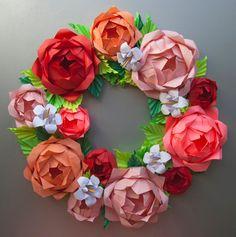 Diese rose Kranz ist aus Papier hergestellt. Die Blüten sind sehr in der Nähe von Lebensgröße. Dieses Arrangement beinhaltet 4 verschiedene Farbe Rosen