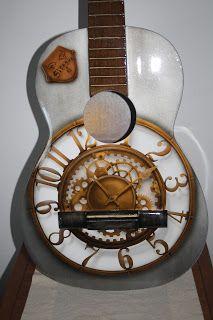 Aerografía en una guitarra española imitando un reloj antiguo y su mecanismo.