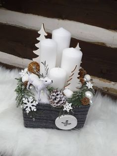 100 Creative Christmas Decor for Small Apartment Ideas Which Are Merry & Bright - Hike n Dip - - Even if you have a small Apartment, you can decorate it for Christmas. Here are Christmas Decor for Small Apartment ideas, that are cheap & budget friendly. Pallet Wood Christmas Tree, Christmas Advent Wreath, Christmas Candle Decorations, Wall Christmas Tree, Christmas Arrangements, Christmas Candles, Merry And Bright, Christmas Crafts, Apartment Ideas