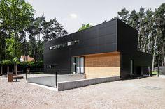 PVN architect - tijdloze stalen woning - zwarte sandwichpanelen met thermowood