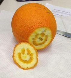 切到個咁嘅橙,今日一定開開心心啦!今日係「赤口」呀,同身邊嘅人笑多啲,保證今日行好運。  想繼續開心笑料,追實 PLAYGROUND 「日日有得FUN」http://ow.ly/l5iT3