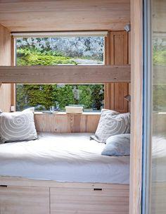 Dette soverommet er flefunksjonelt. Sengen er plassert høyt, med mulighet for oppbevaring i skuffene under. I tillegg kan sengen også fungere som sofa.