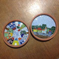 Pratos de cerâmica e pastilhas de vidro.  Mini quadros.