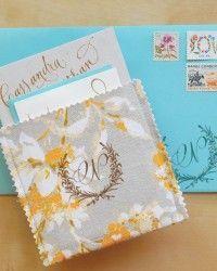 Diseños originales de sobres para invitaciones de boda. Los sobres estilo bolsillo o pocket, en este caso de tela, estampados con un sello.