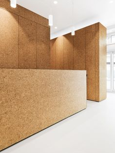 Cork as a wall finish at Heart Surgery Zurich by Dost Kine Sport, Tropical House Design, Industrial Office Design, Cork Wall, Lobby Design, Design Research, Space Architecture, Cubicle, Retail Design