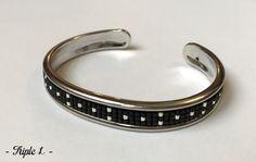 ~ DESCRIPTIF ~ Ce bracelet manchette LINE est composé dun tissage fait main avec des perles de verre Miyuki et dune manchette en laiton à rebords argentés. Les perles argentées sont plaquées argent 925. Couleurs des perles : argenté - noir. Dimensions : 1 cm de large. ~ MATERIEL UTILISE ~ - Perles de verre japonaises Miyuki - Manchette en laiton doré à rebords dorés - origine : Europe  ~ ENVOI ~ Les bijoux sont envoyés en courrier suivi dans une enveloppe en papier bulle et soigneusement…