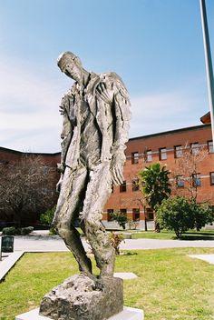 """""""Monumento a las víctimas del terrorismo"""". Escultura. Universidad Rey Juan Carlos University (Madrid) 2006. Obra pública. Deroy Escultura."""