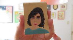 chicas con ojeras, de maria luque | pequeño libro. marcadores y grafito s/ papel. 4x5 cm, 2013.  http://www.flickr.com/photos/marialange/8485753056/