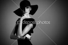 высокая мода портрет элегантной женщины в черно-белая шляпа и платье — Стоковое изображение #33621351