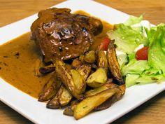 Kyckling i krämig och smakrik gorgonzolasås, serveras med potatisklyftor och en fräsch sallad.