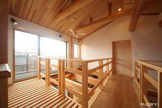 2階の廊下は、リビングの吹抜の中を通る空中廊下!開放的な間取りです。 #和風住宅 #吹抜 #住宅 #新築住宅 #家づくり #吹抜 #木造住宅  #化粧梁 #桧 #杉  #丸太梁 #空中廊下 #リビング #リビング吹抜 #設計事務所 #菅野企画設計