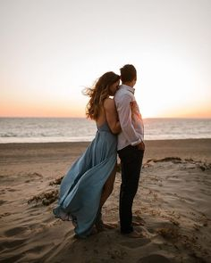 Dreamy sunset beach engagement session In order for you passionate proposal photos, consider the actual Beach Engagement Photos, Engagement Photo Outfits, Engagement Shoots, Country Engagement, Winter Engagement, Wedding Photos, Engagement Ideas, Wedding Engagement, Couple Photoshoot Poses