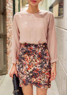 [Chuu]フローラルチューリップラインラップスカート 落ち着きのあるカラーミックスの花柄を落とし込んだラップスカートです。 チューリックのような美しい裾のラインがイイ女度感を倍増させるひと品◎ ウエストのナチュラルなタックがエレガントなイメージをメイクします。 ややゆる感のあるシルエットでリラックスした履き心地もお気に入りポイント♪ ブラウスやジャケットなどとのレディライクなコーデがおすすめの1枚です。