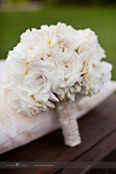 Un bouquet de mariée simple en roses blanches