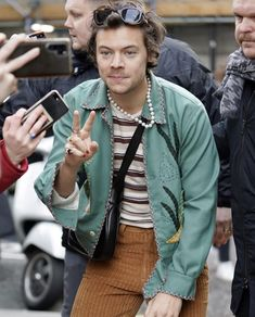 It& time that everyone stops asking Harry Styles what his sexuality is. Because guess what? It& none your business. Harry Styles Ropa, Harry Styles Clothes, Harry Styles Pictures, Harry Styles Fashion, Harry Styles Style, Harry Styles Icons, Mr Style, Style Icons, Black Gucci Bag
