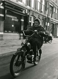 PUCH British Motorcycles, Cars And Motorcycles, Vintage Pictures, Cool Pictures, Puch Moped, Power Bike, Motorcycle Shop, War Dogs, Scooters