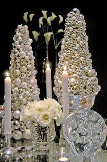 GLAMOROUS STUNNING LUXURIOUS SILVER WHITE WEDDING CENTERPIECE +++  CENTRO DE MESA IMPRESIONANTE PRECIOSO ELEGANTE LUJOSO BOLAS BLANCO PLATA BODA