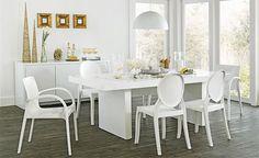 Tok Jantar Combine a leveza do branco ao poder das linhas puras para criar uma sala de jantar minimalista.