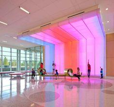 Colores para el Hospital Infantil Nemours. Además de cumplir con la función de iluminar, el proyecto proporciona una reducción del estrés en los pacientes y visitantes.