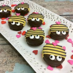 Are you looking for a unique and fun recipe for Valentine's Day? Oh, maybe… Are you looking for a unique and fun recipe for Valentine's Day? Oh, maybe a fun spring recipe? If so, you have got to check out these super cute Bumble Bee Oreo Cookies! Valentines Day Desserts, Valentine Cookies, Cute Food, Good Food, Oreo Pops, School Treats, Food Crafts, Oreo Cookies, Holiday Treats