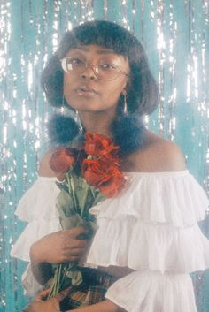 How do I make this soft glowy dreamy effect? Along with the shiny and sparkly effect? Yknow like those dreamy portrait weve seen numerous times in photoshoot these days that emulate the glowy photos. Mode Disco, Pretty People, Beautiful People, Foto Fantasy, Portrait Photography, Fashion Photography, Petra Collins, Photographie Portrait Inspiration, 80s Prom