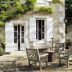 con porche, sillas mas comodas y una mesa que pegue