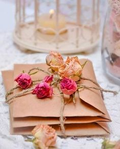 Ana Rosa via Rachel A Todo Confetti, Diy Girlande, Old Letters, Ideias Diy, Festa Party, Letter Writing, Brown Paper, Dried Flowers, Rose Flowers