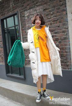 Bạn cũng có thể mặc váy đầm điệu đà cùng áo hoodie theo phong cách phóng khoáng