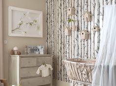 La branche d'arbre comme papier peint  Plusieurs grandes marques de décoration ont elles aussi succombé à la tendance branche. Le papier peint se retrouve donc pris d'assaut par le motif branche d'arbre. Une idée intelligente pour décorer de manière décalée un pan de mur uniquement. Inutile de préciser que l'on évitera le total look !
