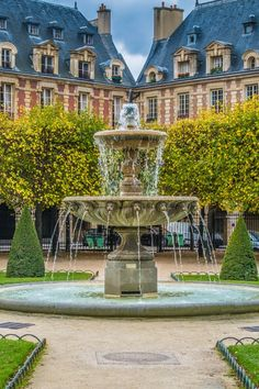 Place des Vosges - On our list of things to see in Paris for free and without entering any structure Francia. Paris France, Paris Map, Beautiful Paris, Beautiful Places In The World, Tour Eiffel, Place Des Vosges Paris, Paris Travel Tips, City Lights, Amazing Nature