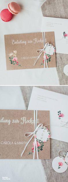 Hochzeitseinladung 'Vintage Rose' mit Anhänger, der an einem Seidenband befestigt ist, das um die Karte geschlungen wird. Hier treffen feine Aquarellblumen auf einem Hintergrund im Kraftpapier-Look. Besonders schön sieht die Karte aus strukturiertem Papier in Weiß oder Creme aus.