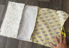 Comment coudre une jolie pochette estivale, bi-matière avec un passepoil | Oui Are Makers | Partageons notre créativité Sewing, Bags, Oui, Couches, Scrappy Quilts, Handbags, Tutorial Sewing, Zipper Pouch Tutorial, Dressmaking