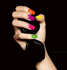 Vernis fluo, vernis à ongles fluorescents - Marie Claire #santospiritofirenze