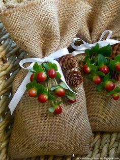 Easy diy christmas gifts - How to make DIY Burlap Gift Bags – Easy diy christmas gifts Easy Diy Christmas Gifts, Christmas Gift For You, Burlap Christmas, Noel Christmas, Christmas Gift Wrapping, Xmas Gifts, Holiday Crafts, Santa Gifts, Cheap Christmas